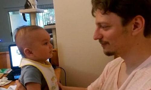 """3个月婴儿会说""""我爱你""""惊呆老爸(图)"""