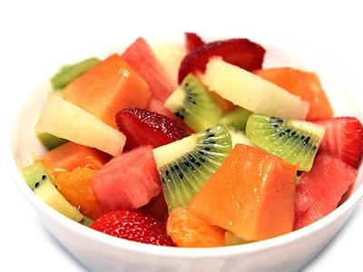 孕妇拿水果当饭吃,生出孩子满身通红,宝妈
