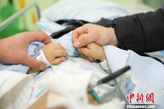 2岁男童不慎将剪刀插入颅内 医疗费用缺口大
