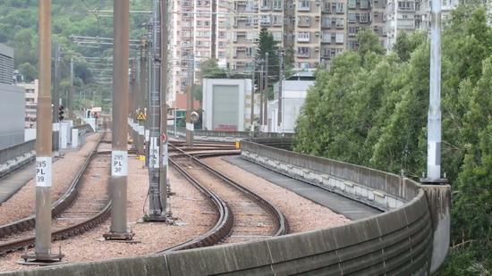 香港屯门一男童疑被撞倒卷入轻铁车底 情况