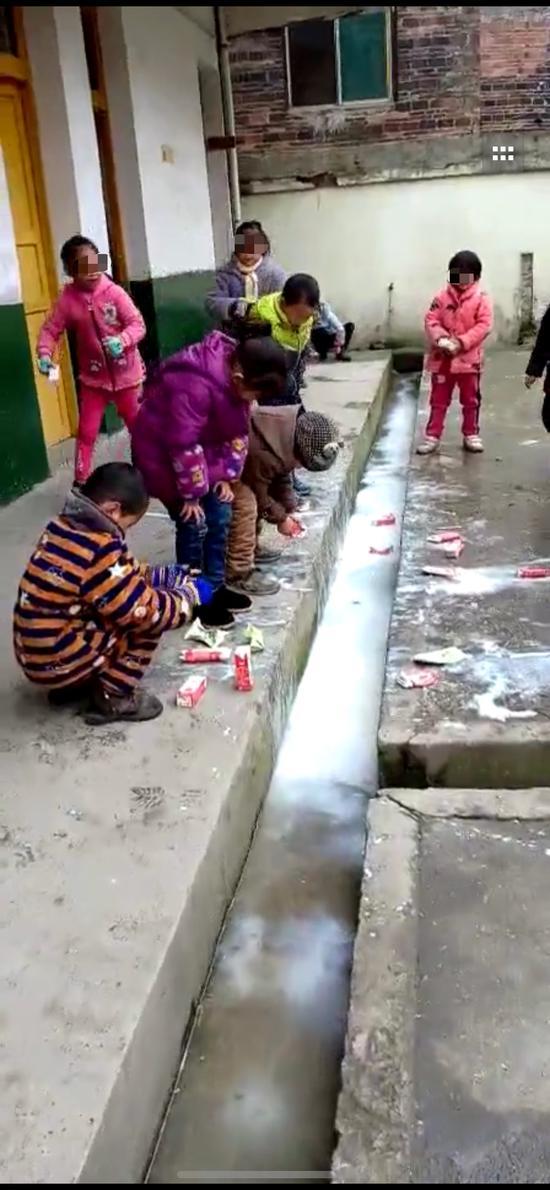 贫困县小学将喝剩牛奶倒水沟 学校:防止变